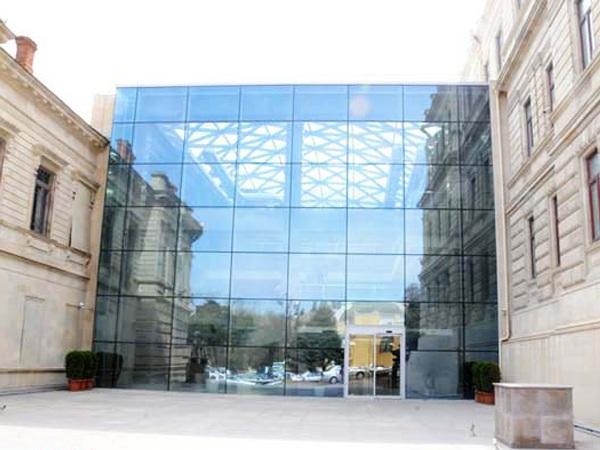 Всемирный флешмоб «Манекен челлендж» в азербайджанском музее