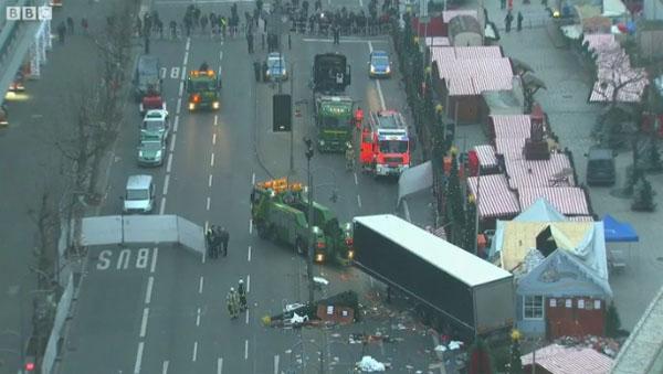 Момент атаки на рождественскую ярмарку в Берлине попал на видео