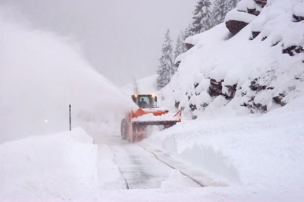 На дороге Губа-Хыналыг произошел сход снежной лавины, связь 8 сел с райцентром прервана