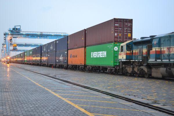 Первый поезд прибыл в Карс по БТД