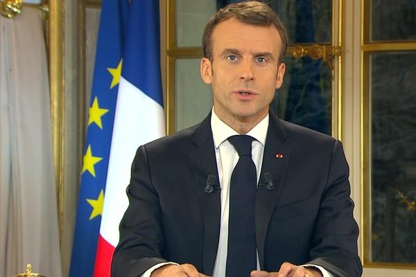 Макрон объявил во Франции чрезвычайное положение