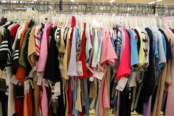 Азербайджанцы стали чаще покупать одежду и обувь и реже заливать топливо в автомобили